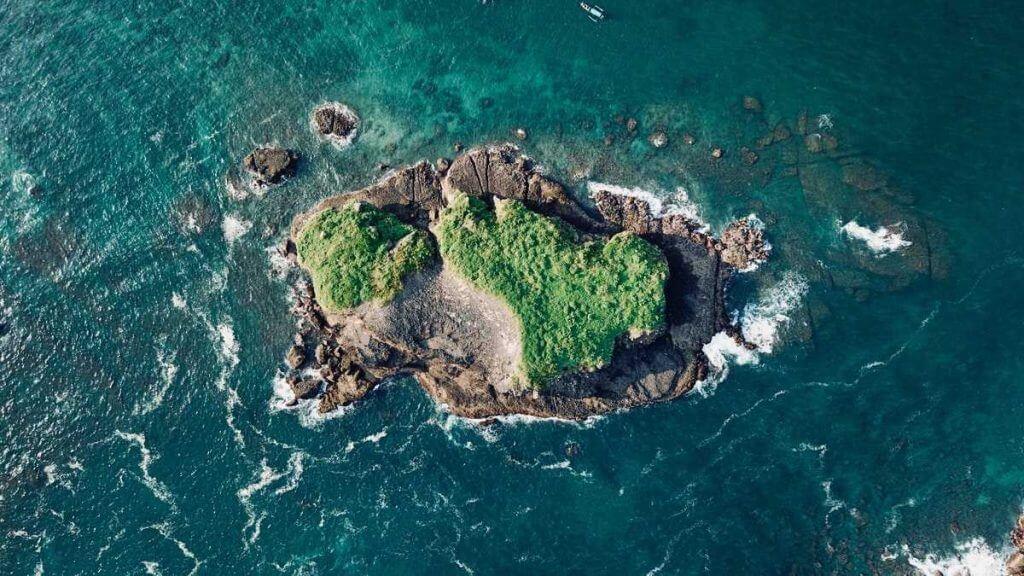 Strandsatt på öde ö