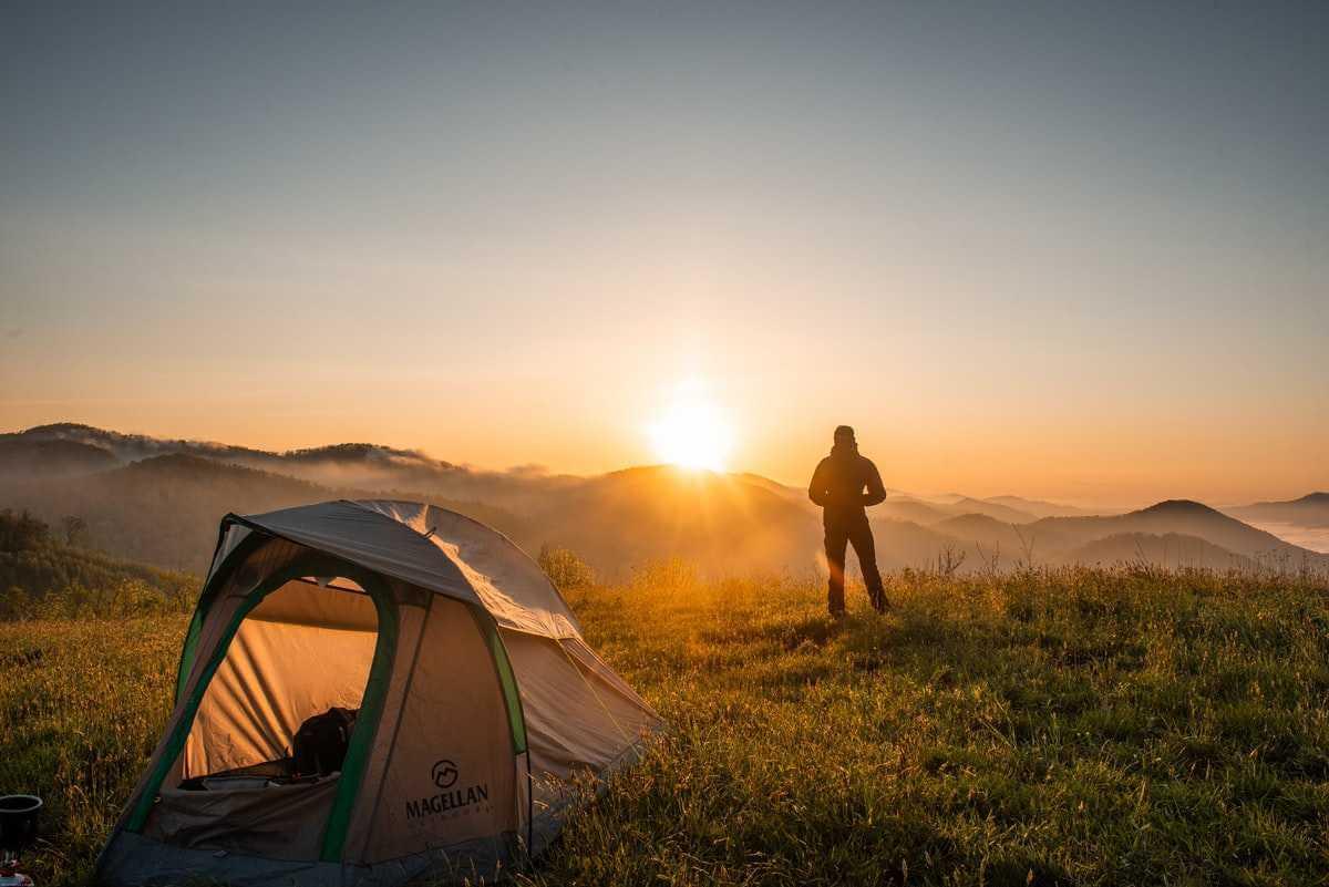 Sova ute i tält
